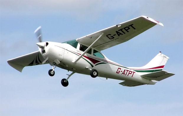 Cayó una avioneta de la Fuerza Aérea en la Playa Mansa