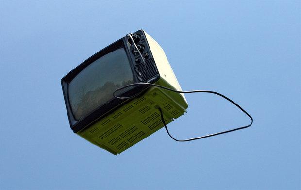 Un hincha polaco tiró el televisor por la ventana