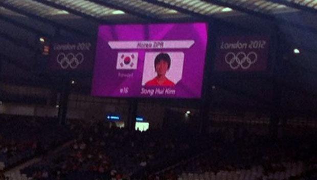 Confunden las bandera de Corea del Norte con la del Sur en partido de fútbol femenino en las olimpiadas de Londres 370763