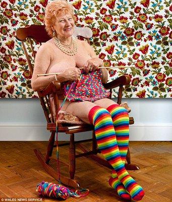 Abuelita sexy mostrandome las piernas en evento religioso 10