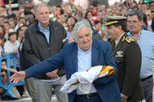 Mujica recibió el pabellón nacional
