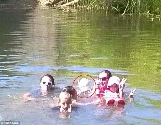 """Foto muestra a """"niña fantasma"""" bañándose junto a una familia ..."""
