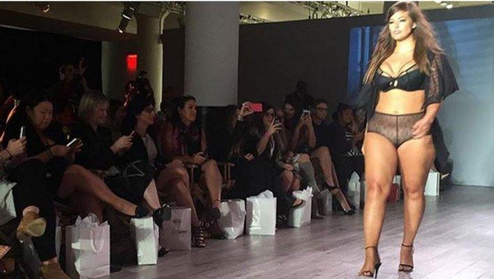 Modelo xxl se present en la semana de la moda de nueva york for Tias buenas en ropa interior