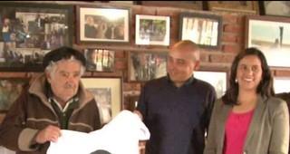"Mujica posa con una camiseta ""anti Keiko Fujimori"""