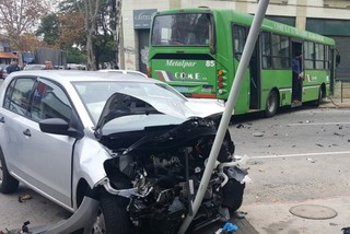 Un ómnibus y un auto chocaron en el centro