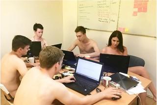 Bielorrusos obedecen al presidente y se desnudan en el trabajo