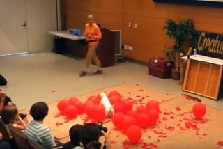 Récord Guinness: perrita reventó 100 globos en 39 segundos e hizo historia