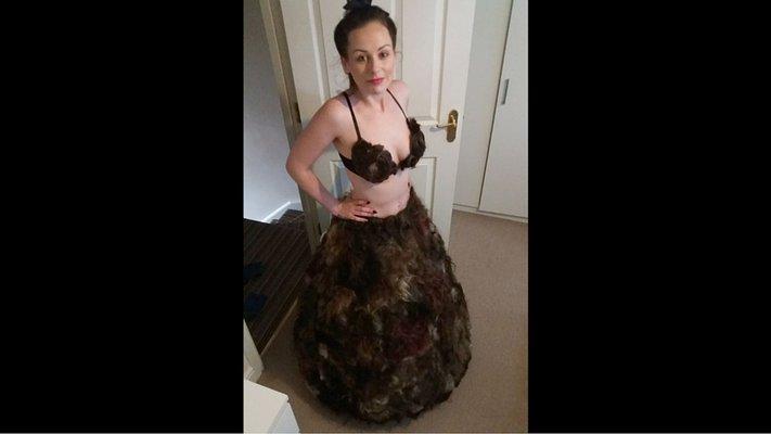 Brit nica confecciona un vestido con vello p bico de miles - Maquina para rasurar vello pubico ...
