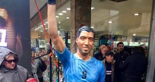 Fue inaugurada una estatua homenaje a Luis Suárez en la ciudad de Salto