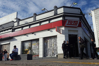 4 delincuentes robaron esta madrugada la sucursal de Tata en Lezica.