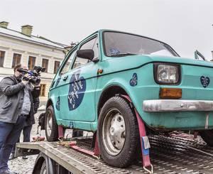 Ciudad polaca obsequiará a Tom Hanks un Fiat 126 de época comunista