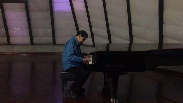 Maduro muestra habilidades con el piano y conmociona las redes sociales
