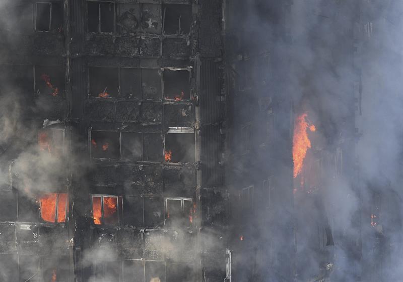 Se desató en Londres un gran incendio en una torre residencial