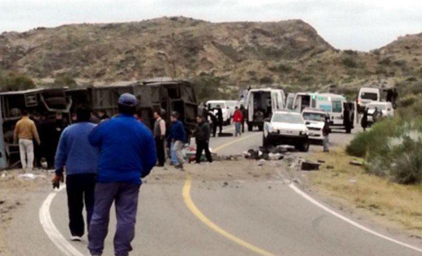 Volcó un micro en Mendoza y hay al menos 12 muertos