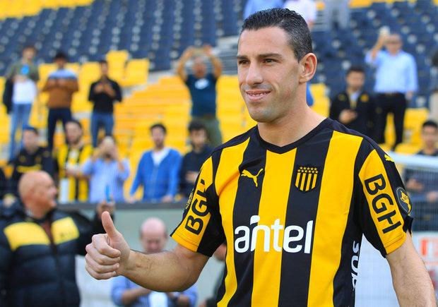 Maximiliano Rodríguez de arranque ante El Tanque. Foto: EFE