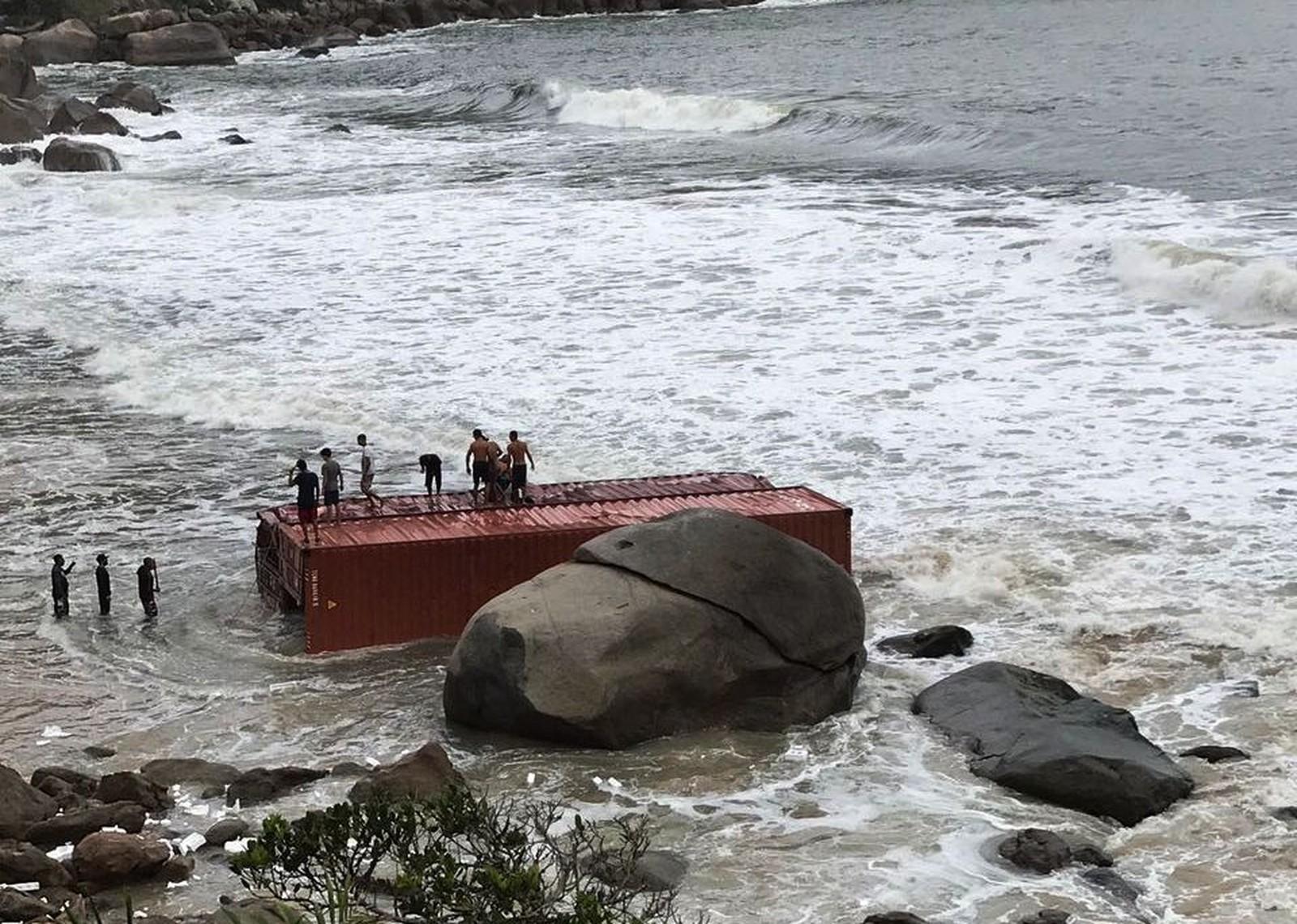 Brasil caen contenedores de un barco y los oportunistas no dudan en zambullir en busca de bot n - Contenedores de barco ...