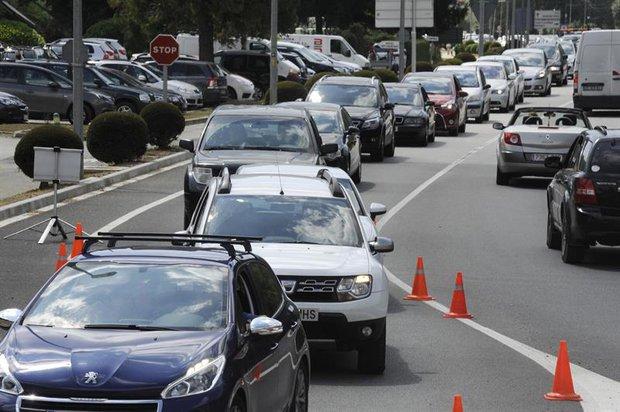 Decenas de autos varados debido a los controles en Catalunya. Foto: EFE