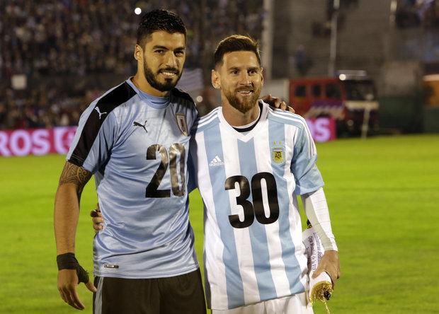 Suárez y Messi promocionando el Mundial del 2030.