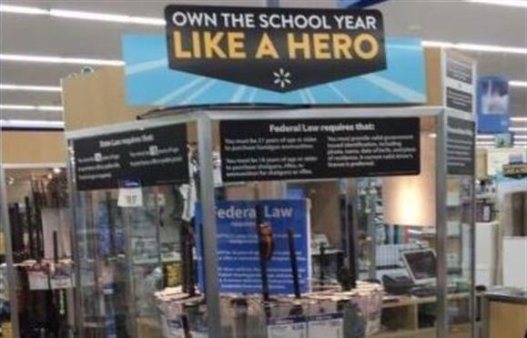 Critican a Walmart por promocionar armas como útiles escolares