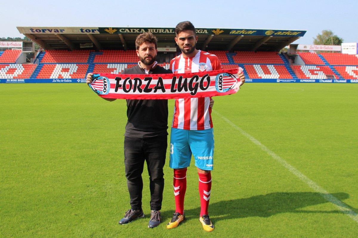 Nicolás Albarracín, junto a Víctor Moreno, director deportivo del CD Lugo, durante la presentación su presentación| Foto: CD Lugo.