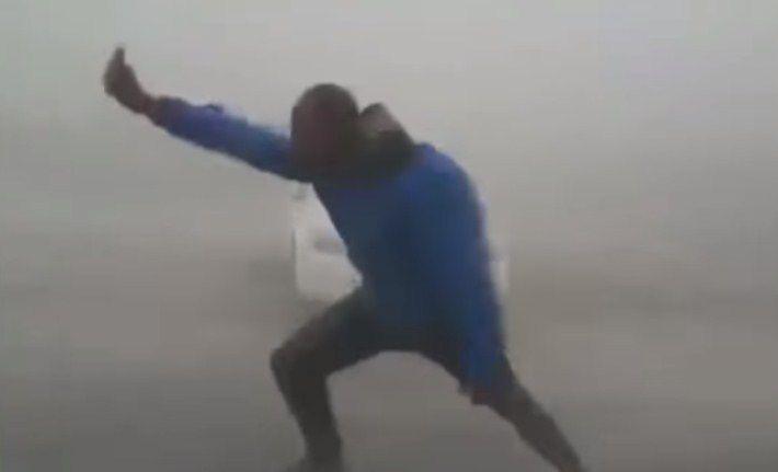 Meteorólogo lucha contra 'Irma' en Florida
