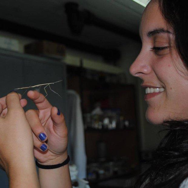 Mariana Trillo junto a una Brunneria subaptera. Foto: Álvaro Laborda
