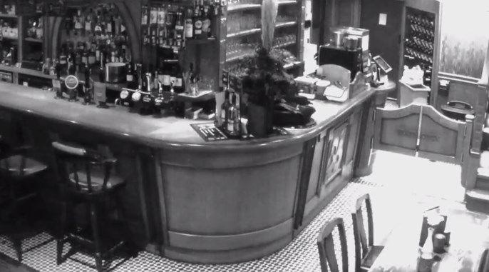 [VIDEO] Cámaras de seguridad captaron presunta actividad paranormal en bar de Inglaterra