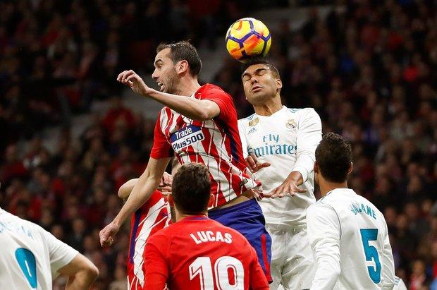 Diego Godín peleando la pelota, Foto: EFE l JuanJo Martín