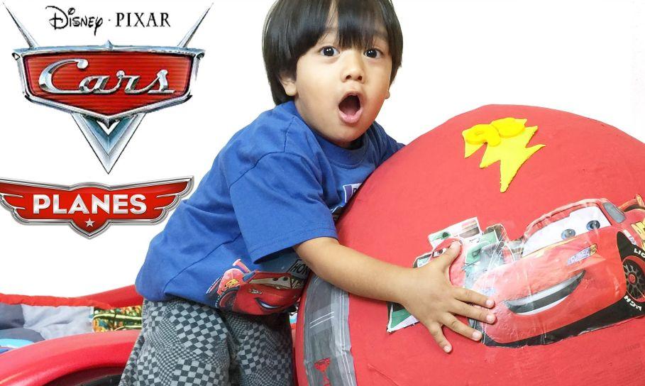 Este niño gana 11 millones de dólares al año desempacando juguetes