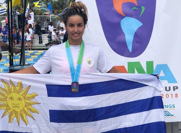 Micaela Sierra, la medalla y la bandera.
