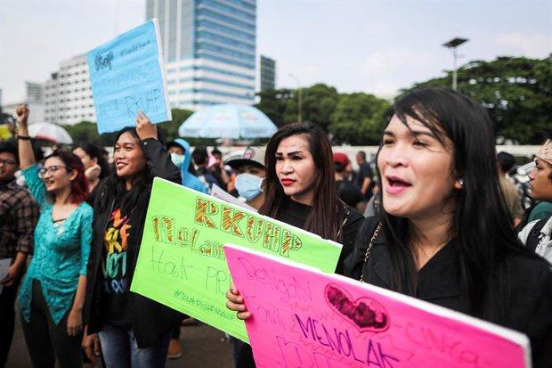 Activistas pro-derechos del colectivo LGTB protestan contra la reforma del código penal. Yakarta. EFE/Mast Irham