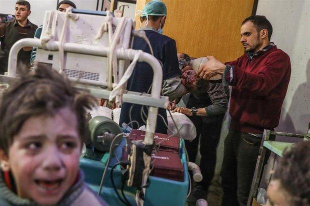 Niños heridos reciben ayuda en un hospital controlado por los rebeldes en Douma. EFE/Mohamed Badra