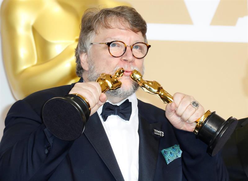 Festejan en el Ángel triunfo de Guillermo del Toro en los Oscar
