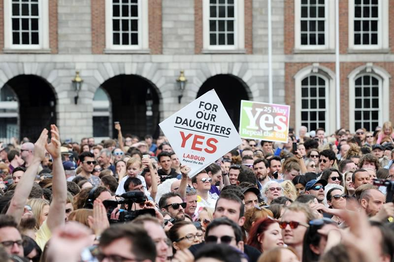 Irlanda vota a favor de la ley de plazos para abortar