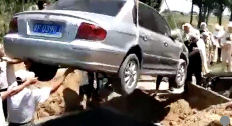Le entierran con su propio coche como ataúd
