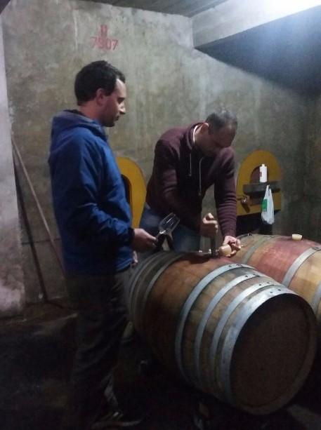 EN BODEGA. De Moura y Monforte realizando el seguimiento del vino.