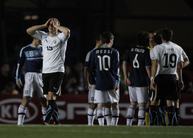 Image result for argentina vs uruguay copa america 2011 ruso perez