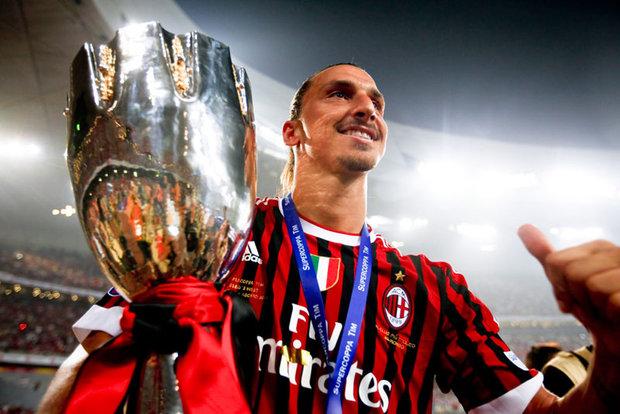Zlatan y una constante en su carrera; festejando un título. Foto: EFE