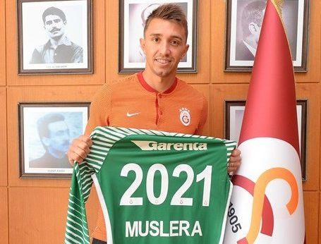 Resultado de imagen para fernando muslera firma contrato 2011