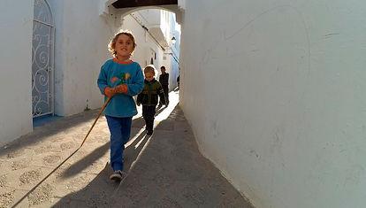 La familia recorre los mercados callejeros de un pequeño pueblo marroquí
