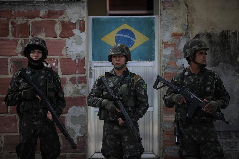 Militares acribillan a familia en auto, tras confundirlos con delincuentes — Brasil