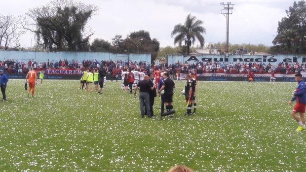 Momento que los árbitros dejan la cancha. Foto: FútbolUy