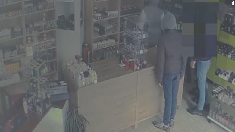 Ladrones obedientes: comerciante les pidió que regresaran más tarde y fueron detenidos