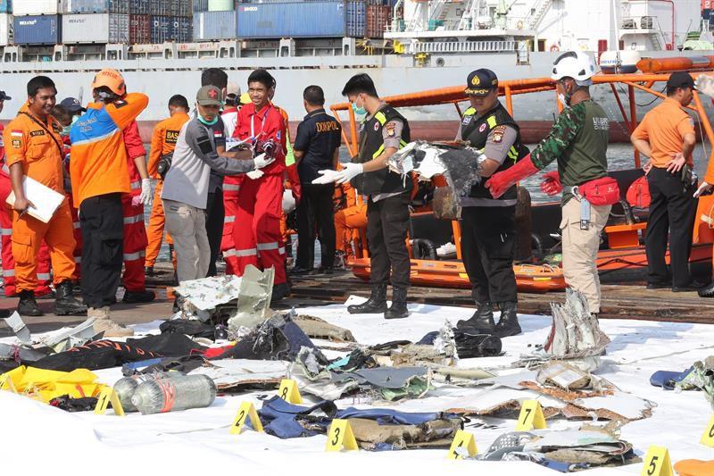 Buscan sobrevivientes del avión siniestrado