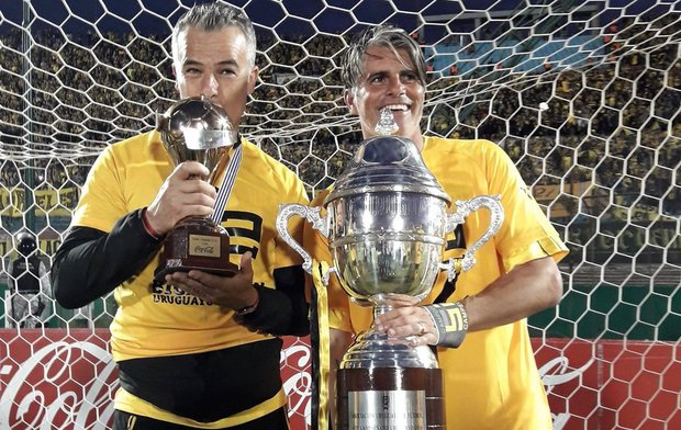 Michele Fini junto a Diego López festejando el título. Foto: Prensa AUF