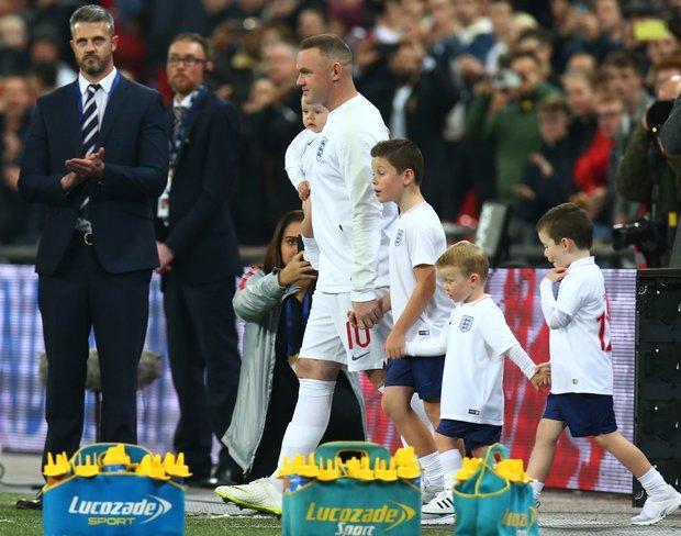 Wayne Rooney fue homenajeado en Wembley. Foto: EFE l Kieran Galvin