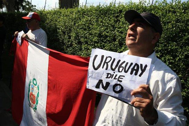 Ciudadanos peruanos se manifestaron frente a la Embajada uruguaya en Lima. Foto: Ernesto Arias/ EFE