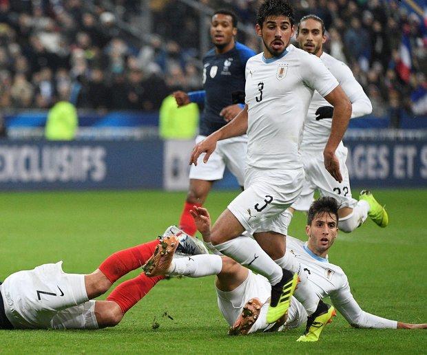 Bruno Méndez acumuló valiosos minutos con la selección mayor. Foto: EFE - HERVE RANCHIN