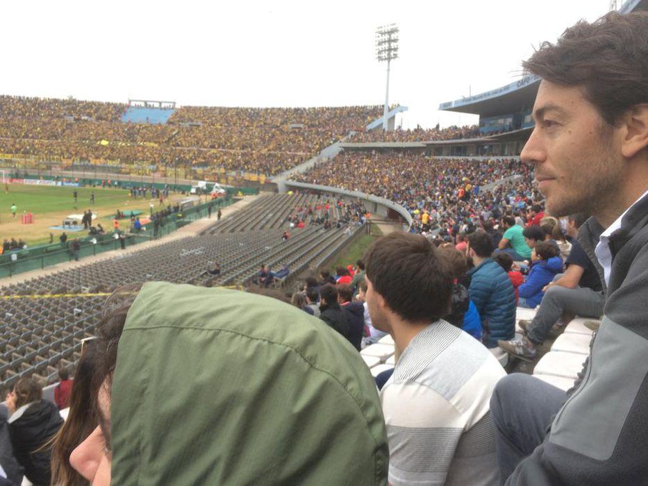 El magnate uruguayo, Juan Sartori, asistió al clásico entre los hinchas tricolores