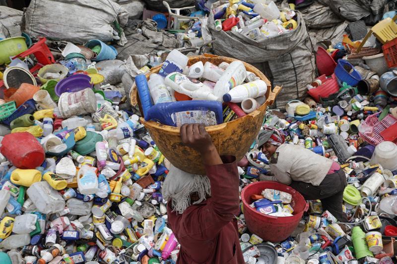 La UE prohíbe los vasos, cubiertos y pajitas de plástico